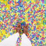 muž hnedé topánky farebná podlaha